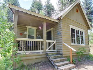 Dog-friendly log cabin with lake access just 1/4 mile away!