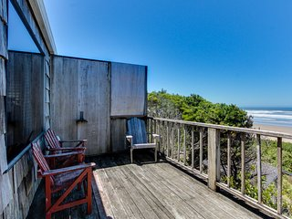 Oceanfront, dog-friendly retreat w/ocean views & relaxing deck facing the water!