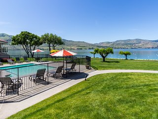 Lovely lakefront condo with a shared pool, hot tub, dock, and tennis courts!