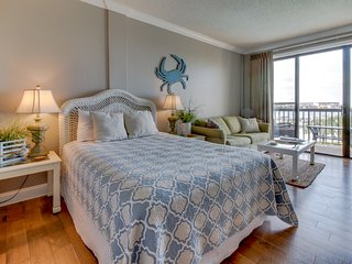 Cozy studio on the Santa Rosa Sound with a deck and shared swimming pool!