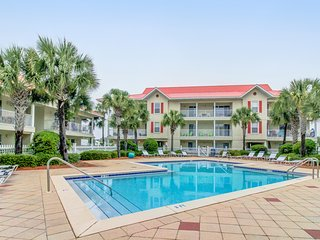 Delightful condo w/ shared pool close to the beach - snowbirds welcome!