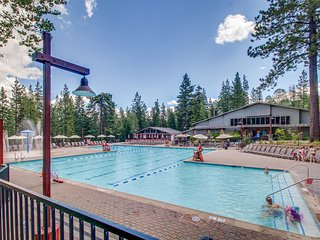 Dog-friendly condo w/ access to a shared pool, hot tub, sports courts, gym