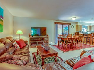 Easy ski access, gorgeous wooden interiors, and incredible views!