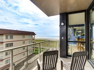 Spacious family friendly condo steps from beach w/shared pool & sauna, dogs ok