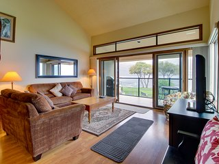 Lakefront condo w/ shared dock, pool, hot tub, & tennis