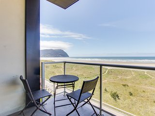 Oceanfront condo w/ shared pool! Gorgeous sea & mountain views! Family-friendly!