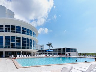 Beachfront condo w/ private patio and resort amenities-pools, gym, bars, more!