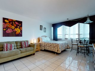 Colorful, charming studio with a shared pool, tennis, and access to the beach!