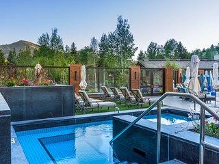 Comfy mountain condo w/ shared hot tub, pool & more, easy ski access!