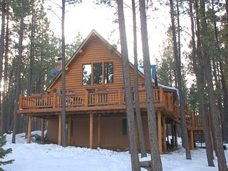 Picturesque Mountain Cabin - Sleeps 8