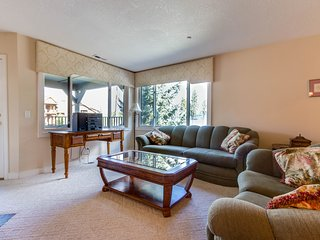 Lakeview condo w/ shared deck plus marina & volleyball courts!