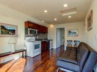 Private, dog-friendly hillside rental in the heart of Lincoln City