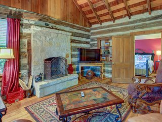 Lovely dog-friendly cabin w/ 4 on-site tasting rooms - along Hwy 290 Wine Trail!