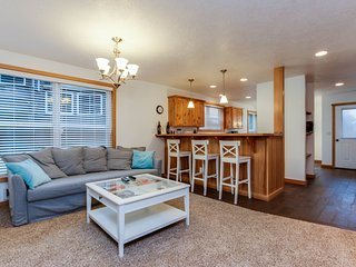 Cozy, dog-friendly home w/ beautiful ocean views - walk to the beach!