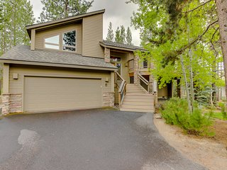 Beautiful Sunriver home with private hot tub and SHARC passes!