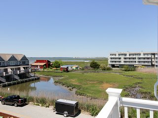 Charming townhouse w/ shared pool & stunning bay views!