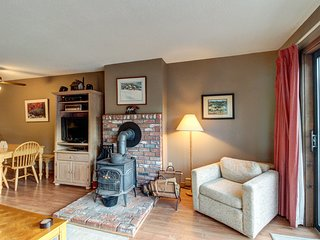 Charming condo w/ shared hot tub - near golf, ski trails & fishing!