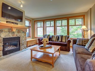 Condo w/resort style amenities (pool, hot tub, etc) close to slopes!