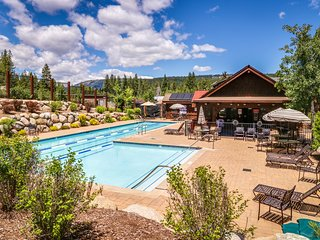 Spacious mountain townhome w/shared hot tub & pool, near ski & beach!