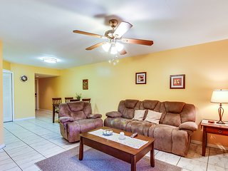 Family-friendly condo w/ shared pool - close to downtown & the beach