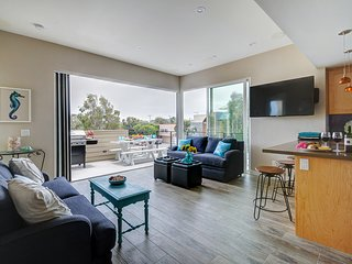 Beautiful modern townhome in Mission Beach awaits your lucky group!