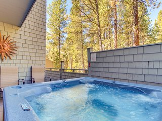 Modern getaway w/ private hot tub, Ping-Pong table, & 10 SHARC passes!