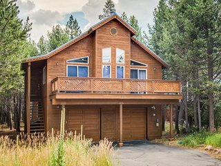 Spacious, cabin-style home w/ mountain views & shared hot tub/pool