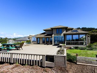 Luxury oceanfront house w/ stunning views, private hot tub & entertainment!