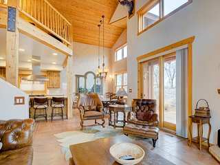 Luxury home w/ spectacular views & hot tub - walk to the golf course!