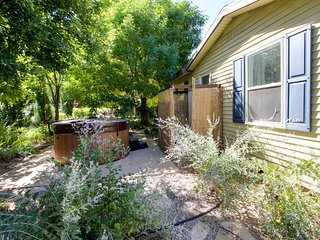 Perfect location in the heart of Moab with a private hot tub and charming yard