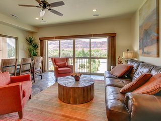 Luxury home w/ panoramic views, in-home theater & shared pool/hot tub!