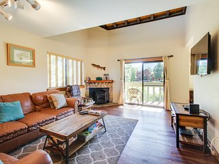 Updated alpine condo w/shared pool, hot tub, & prime location!
