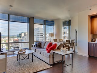 Park Avenue West condo w/ city views, close to shopping/dining, dog-friendly!