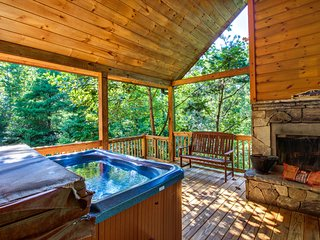 Custom-built dog-friendly cabin w/mountain views, hot tub, pool table & more!