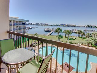 Bayfront studio with shared pool & gorgeous balcony view!