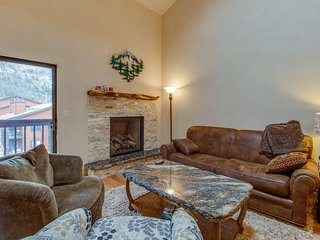 Updated condo, huge deck over looks creek and mountains, shared hot tubs/pool