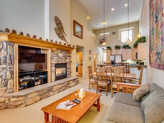 Dog-friendly condo with a shared pool and hot tub, close to slopes!