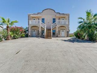Dog-friendly duplex with patio & great location close to beach & restaurants
