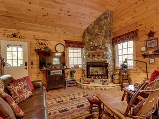 Secluded country cabin w/ resort amenities like a shared pool, tennis, more!
