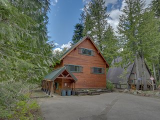 Inviting custom cabin on Mt. Hood w/ a fireplace, a grill, & a hot tub!