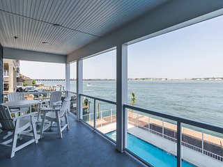 Spacious bayfront condo w/ balcony, shared pool - a few blocks from the beach