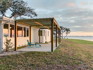 Oceanfront dog-friendly home w/ sunset views of Sarasota Bay - snowbirds welcome