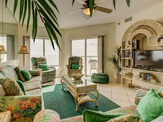 Beachfront condo w/ balcony, views, & shared pools, hot tub - snowbirds welcome!