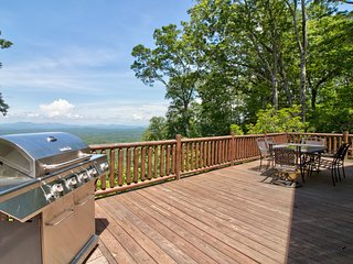 Modern log cabin w/ gorgeous views, game room w/ pool table, foosball, & wet bar