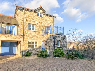 ROWAN HOUSE, WiFi, modern accommodation in the heart of Kirkby Lonsdale, Ref