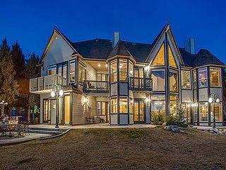Luxurious home w/ multiple fireplaces, lake views, & a gourmet kitchen
