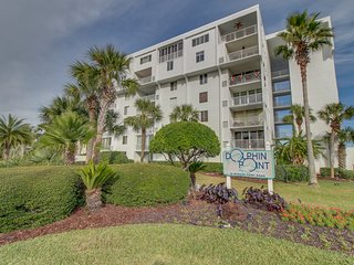 Beachside, water view condo, w/ shared tennis, dock, & pool - snowbirds welcome!