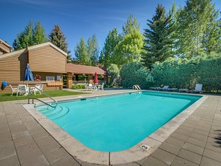 Spacious condo w/ access to a shared pool, hot tub, golf, & tennis - near skiing