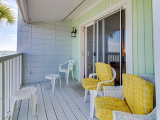 Waterfront getaway w/ private deck & beach access - snowbirds welcome!