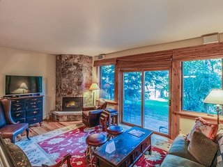 Ptarmigan townhome w/ shared pool & hot tub - on the bus route to the Village